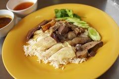 Ciérrese encima de pollo y del arroz cocidos al vapor chino Foto de archivo libre de regalías