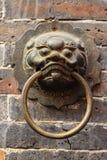 Ciérrese encima de puerta vieja china de oro Foto de archivo libre de regalías