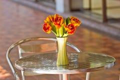 Ciérrese encima de ramo de la flor de la elegancia en la tabla Fotografía de archivo