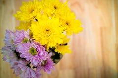 Ciérrese encima de ramo de las flores de Astra en el florero en la tabla Fotos de archivo