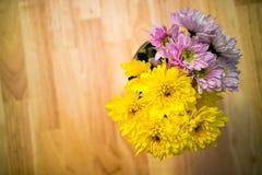 Ciérrese encima de ramo de las flores de Astra en el florero en la tabla Imagenes de archivo