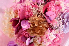 Ciérrese encima de ramo teñido de las flores Foto de archivo
