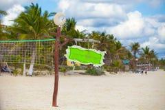 Ciérrese encima de red del baloncesto en el tropical vacío Imagen de archivo libre de regalías