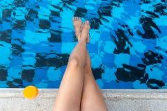 Ciérrese encima de retrasos con la piscina sabrosa del fondo del cóctel del zumo de naranja, así que relájese y verano fotos de archivo libres de regalías