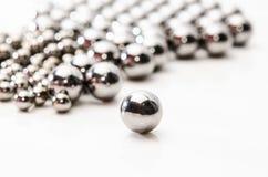 Ciérrese encima de rodamientos de bolas metálicas en el metal Foto de archivo libre de regalías