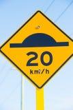 Ciérrese encima de símbolo del límite del badén y del tempo Imagen de archivo