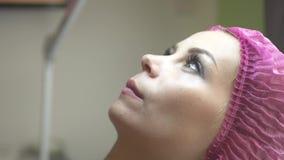 Ciérrese encima de salón de belleza de la mujer joven de la cara Mujer joven en clínica de la cosmetología Cuidado y tratamiento  almacen de metraje de vídeo