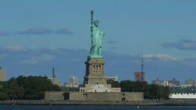 Ciérrese encima de seguir el tiro de la estatua de la libertad almacen de video