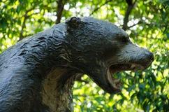 Ciérrese encima de stitue del oso imagen de archivo