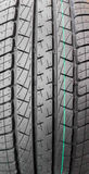 Ciérrese encima de superficie del neumático de coche negro Fotos de archivo