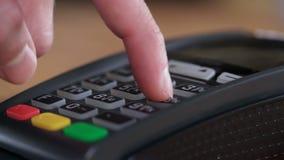 Ciérrese encima de tarjeta de banco humana caucásica del uso de las manos metrajes
