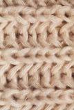 Ciérrese encima de textura de la bufanda beige hecha punto Imágenes de archivo libres de regalías