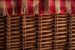 Ciérrese encima de textura de una cesta de la comida campestre Imagen de archivo