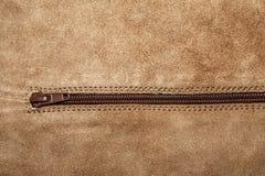 Ciérrese encima de textura del cuero de gamuzas con la cremallera Fotografía de archivo