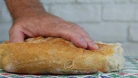Ciérrese encima de tirar con un corte del pan en rebanadas con un cuchillo metrajes