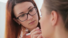 Ciérrese encima de tiro Artista de maquillaje profesional que aplica contorno de los labios almacen de video