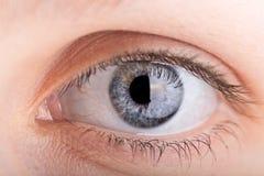Ciérrese encima de tiro de un ojo de los womans Foto de archivo