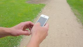 Ciérrese encima de tiro del teléfono móvil en las manos del hombre almacen de metraje de vídeo