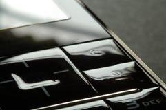 Ciérrese encima de tiro del telclado numérico móvil bajo obscuridad Foto de archivo libre de regalías
