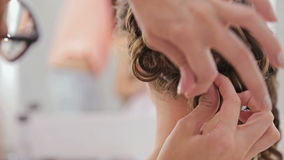 Ciérrese encima de tiro Peinado del acabamiento del peluquero para la mujer bonita joven almacen de metraje de vídeo