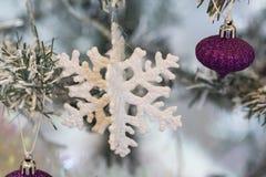 Ciérrese encima de tiro de un árbol de navidad con la decoración hermosa Ejecución colorida de la decoración de las bolas en un á imagen de archivo libre de regalías