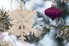 Ciérrese encima de tiro de un árbol de navidad con la decoración hermosa Ejecución colorida de la decoración de las bolas en un á imagenes de archivo