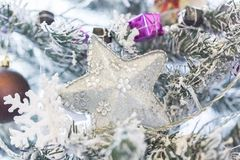 Ciérrese encima de tiro de un árbol de navidad con la decoración hermosa Ejecución colorida de la decoración de las bolas en un á foto de archivo libre de regalías
