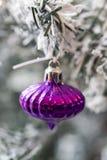 Ciérrese encima de tiro de un árbol de navidad con la decoración hermosa Ejecución colorida de la decoración de las bolas en un á fotos de archivo libres de regalías