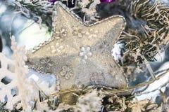 Ciérrese encima de tiro de un árbol de navidad con la decoración hermosa Ejecución de plata de la decoración de la estrella en un imagen de archivo