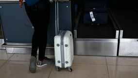 Ciérrese encima de tiro de una maleta, una mujer va en un viaje almacen de video