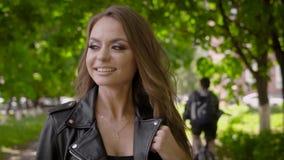 Ciérrese encima de tiro de una mujer sonriente feliz que toma un paseo afuera metrajes