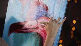 Ciérrese encima de tiro de una pintura con un flamenco y una mano del ` s del artista, que utiliza el aceite almacen de video