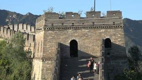 Ciérrese encima de torre del reloj con la gente que camina, Gran Muralla de Mutianyu metrajes