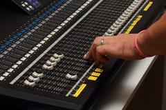 Ciérrese encima de trabajos del ingeniero de sonido con el mezclador de sonidos Fotos de archivo