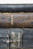 Ciérrese encima de tres biblias antiguas de cuero apiladas con el metal antiguo Foto de archivo