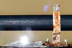 Ciérrese encima de tubería negra del abastecimiento de agua con han reflejado el sunligh Fotos de archivo libres de regalías