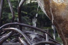 Ciérrese encima de un rollo del alambre de acero del metal abstracto con agua Fotos de archivo libres de regalías