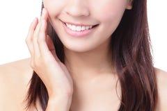 Ciérrese encima de una boca sonriente de la muchacha Imagen de archivo libre de regalías