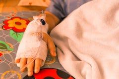 Ciérrese encima de una mano de la pieza de niños tratan con la salmuera fotos de archivo