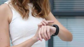 Ciérrese encima de, usando Smartwatch de la muchacha hermosa, oficina exterior almacen de metraje de vídeo
