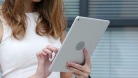 Ciérrese encima de, usando Tablet PC de la muchacha hermosa, oficina exterior almacen de metraje de vídeo