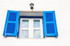 Ciérrese encima de ventana azul. Foto de archivo libre de regalías