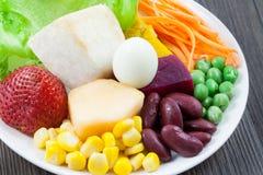 Ciérrese encima de verduras y de ensalada de fruta Fotografía de archivo libre de regalías
