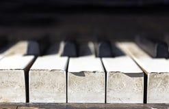 Ciérrese encima de viejas llaves del piano Imagen de archivo libre de regalías