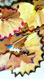 Ciérrese encima de virutas del lápiz del color imagen de archivo
