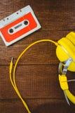 Ciérrese encima de vista de la cinta y del auricular viejos Fotos de archivo