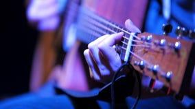 Ciérrese encima de vista de la guitarra acústica en el concierto de rock almacen de video