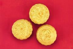 Ciérrese encima de vista de la torta china de la luna en el fondo rojo para celebran en mediados de festival del otoño Foto de archivo
