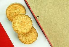 Ciérrese encima de vista de la torta china de la luna en regalo que la caja determinada para celebra en mediados de festival del  Imagenes de archivo