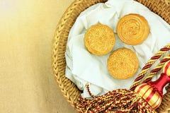 Ciérrese encima de vista de la torta china de la luna en regalo que la caja determinada para celebra en mediados de festival del  Imagen de archivo